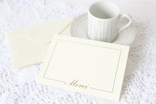 カップとメッセージカードの写真素材 [FYI00192006]