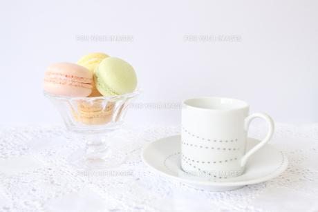 コーヒーとマカロンの写真素材 [FYI00192012]