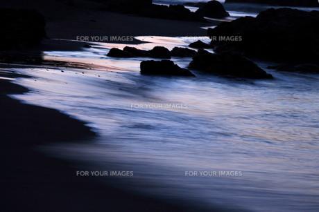 夜明けの波の写真素材 [FYI00192078]