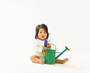 赤ちゃん じょうろとシャベルの写真素材 [FYI00192763]