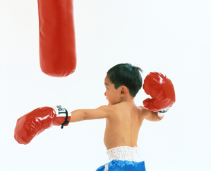 子供  ボクサー チャレンジの写真素材 [FYI00192765]