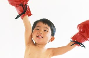 子供  ボクサー チャレンジの写真素材 [FYI00192766]