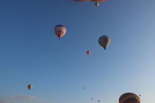 トルコ カッパドキア 気球の浮かぶ空の写真素材 [FYI00192890]