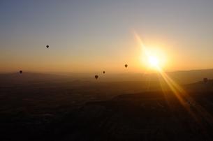 トルコ カッパドキア 気球から日の出の写真素材 [FYI00192906]