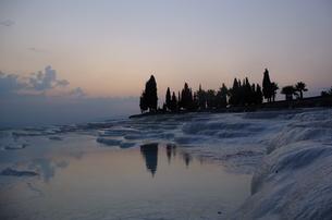 トルコ パムッカレ 石灰棚の夕日の写真素材 [FYI00192914]