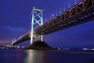 点灯直後の大鳴門橋の写真素材 [FYI00193189]