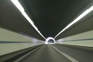 高速道路のトンネルの中の写真素材 [FYI00193251]