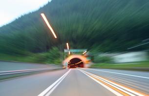 高速道路のトンネルの写真素材 [FYI00193257]