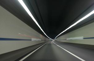 高速道路のトンネルの中の写真素材 [FYI00193263]