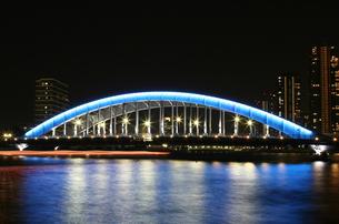ブルーにライトアップされた永代橋の写真素材 [FYI00193267]
