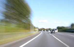 高速道路を走行している車の写真素材 [FYI00193269]