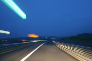 夜明けのハイウェイの写真素材 [FYI00193272]