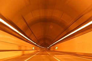 高速道路のトンネルの中の写真素材 [FYI00193273]