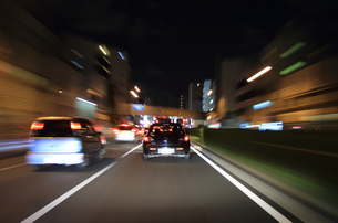 交通イメージ 夜の東京の道路を走行する車の写真素材 [FYI00193309]