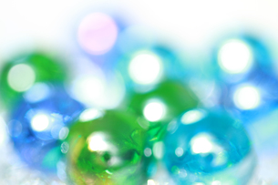ブルーとグリーンのビー玉 背景素材の写真素材 [FYI00193312]