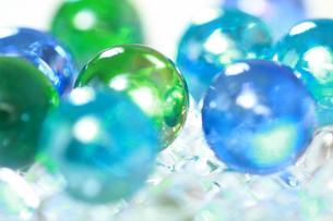 ブルーとグリーンのビー玉の写真素材 [FYI00193314]