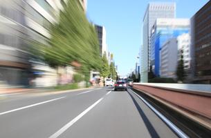 交通イメージ 東京の道路を走行する車の写真素材 [FYI00193315]