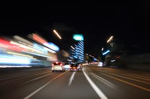 交通イメージ 夜の東京の道路を走行する車の写真素材 [FYI00193316]