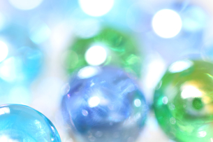 ブルーとグリーン ガラス素材の反射光 背景素材の写真素材 [FYI00193323]