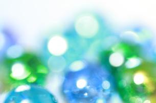 ブルーとグリーン ガラス素材の反射光 背景素材の写真素材 [FYI00193334]