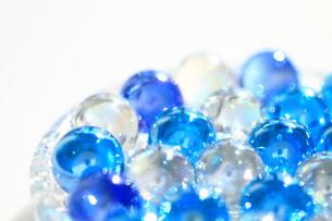 キラキラ光るブルーと透明のビー玉 白バックの写真素材 [FYI00193347]