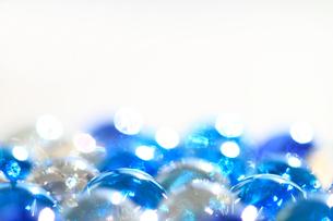 キラキラ光るブルーと透明のビー玉 白バックの写真素材 [FYI00193363]