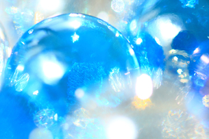 キラキラ光るブルーのビー玉 アップの写真素材 [FYI00193380]