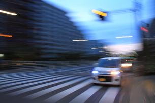 カーブを走行する車の写真素材 [FYI00193424]