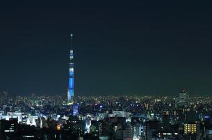 東京の夜景 ブルーにライトアップされたスカイツリーの写真素材 [FYI00193480]