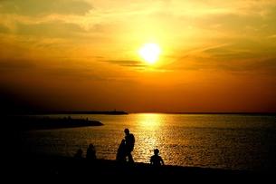 夕日にたたずむ人々の写真素材 [FYI00193523]