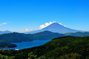 夏の富士山と芦ノ湖の写真素材 [FYI00193530]