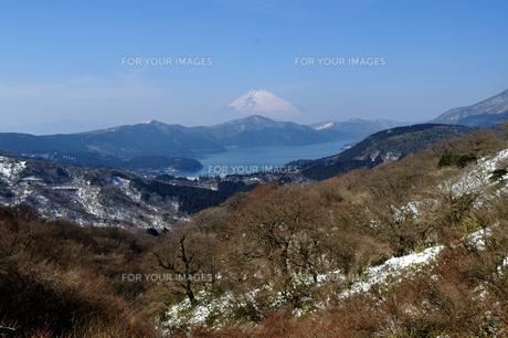 霞む富士山と芦ノ湖の素材 [FYI00193572]