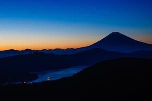 夕方の富士山と芦ノ湖の素材 [FYI00193576]