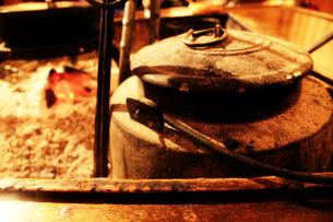 囲炉裏で一息の写真素材 [FYI00193703]
