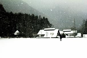雪景色に浮かぶ少女Ⅰの写真素材 [FYI00193714]