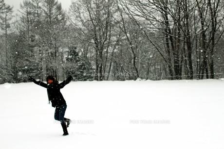 雪景色に浮かぶ少女Ⅲの写真素材 [FYI00193721]