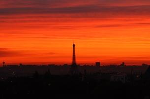 朝焼けに浮かぶエッフェル塔の写真素材 [FYI00193735]