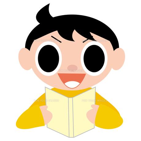 笑顔で読書する男の子の写真素材 [FYI00194147]