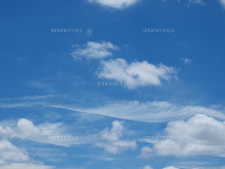 空と羽根雲の写真素材 [FYI00194420]