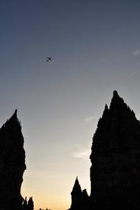 プランバナン寺院と飛行機の写真素材 [FYI00194444]