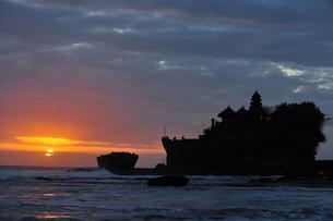 夕暮れのタナロット寺院の写真素材 [FYI00194457]
