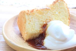レモンのシフォンケーキの写真素材 [FYI00194943]