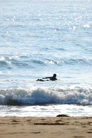 波に向かっての写真素材 [FYI00195123]