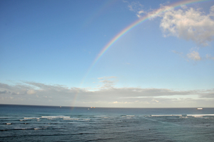 ワイキキビーチに架かる虹の素材 [FYI00195198]