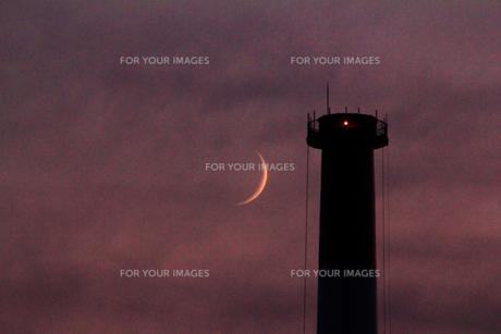 煙突と三日月の写真素材 [FYI00195400]