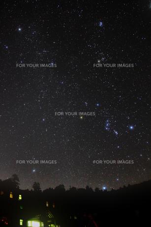 昇る冬の星座の写真素材 [FYI00195415]