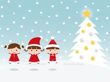 サンタの衣装で飛び跳ねる子供 クリスマスツリーの写真素材 [FYI00195548]