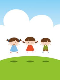 芝生でジャンプする子供達の写真素材 [FYI00195552]