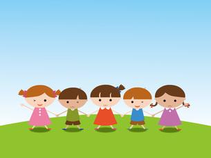 青空の下、手をつなぐ子供たちの写真素材 [FYI00195553]