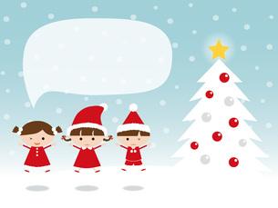 雪の中サンタの衣装で飛び跳ねる子供 クリスマスツリー 吹き出しの写真素材 [FYI00195555]